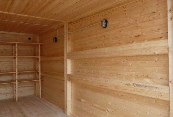 Стена деревянного гаража