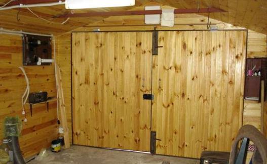 Ворота деревянного гаража